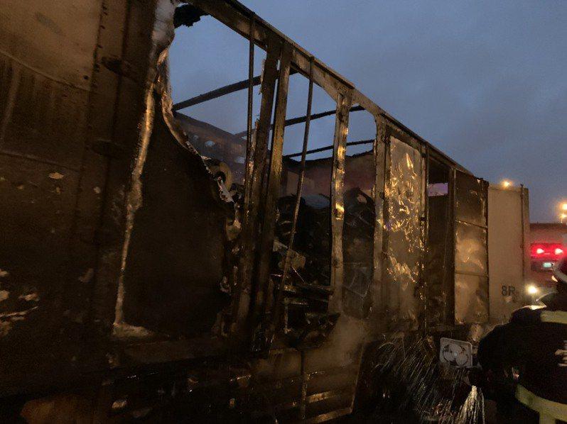台中市西屯區台灣大道三段在今天凌晨4時許發生一起火燒車意外,貨車內上排風扇付之一炬,幸無造成人員受傷。記者陳宏睿/翻攝