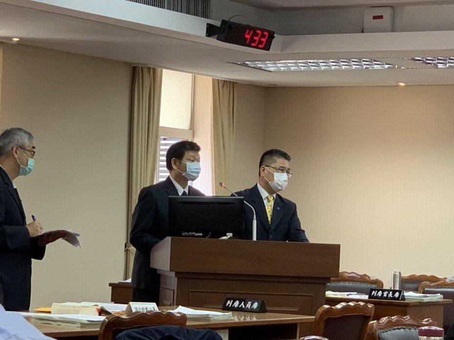 内政部长徐国勇(右)今列席立法院内政委员会。记者郑媁/摄影