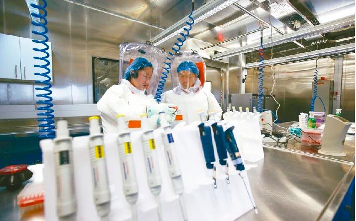 新冠肺炎疫情源頭爭議不斷,美國總統川普稱,病毒來自武漢實驗室。圖為2015年科研...