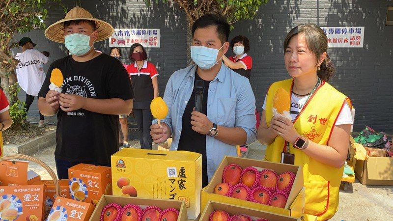盧旺昇(中)、創世屏東院長林艾樺(右)一同義賣芒果禮盒,所得捐給基金會照顧植物人。記者陳弘逸/攝影