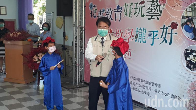 影長照機構許多民眾要求解除探視封鎖,台南市長黃偉哲上午參加火鶴促銷活動後表示,依照中央指示。記者周宗禎/攝影
