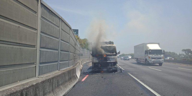 嘉義縣大林鎮國道一號南下255公里今天上午10時許一輛清潔車疑引擎起火燃燒,黑煙綿延國道2公尺遠。圖/讀者提供
