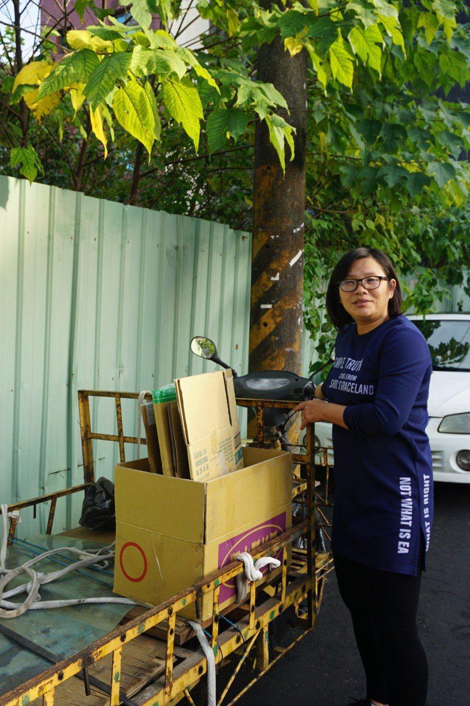 沈嫊芬用三轮车辛苦做资源回收养家。图/桃园家扶中心提供