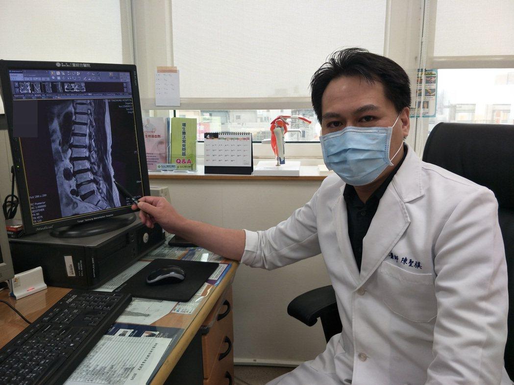 童綜合醫院醫師陳聖祺筆指處,為第二至第五腰椎神經管狹窄症及神經壓迫位置。圖/童醫...