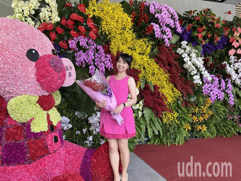 屏東縣政府在縣府南棟入口處設置大型花牆,也趁機行銷屏東縣的花卉,邀請大家來拍照打卡。記者劉星君/攝影