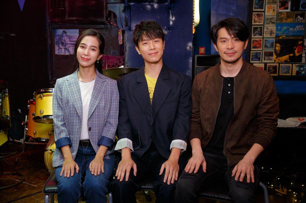 韋禮安(中)與温貞菱(左)、姚淳耀合拍MV。圖/The Orchard提供