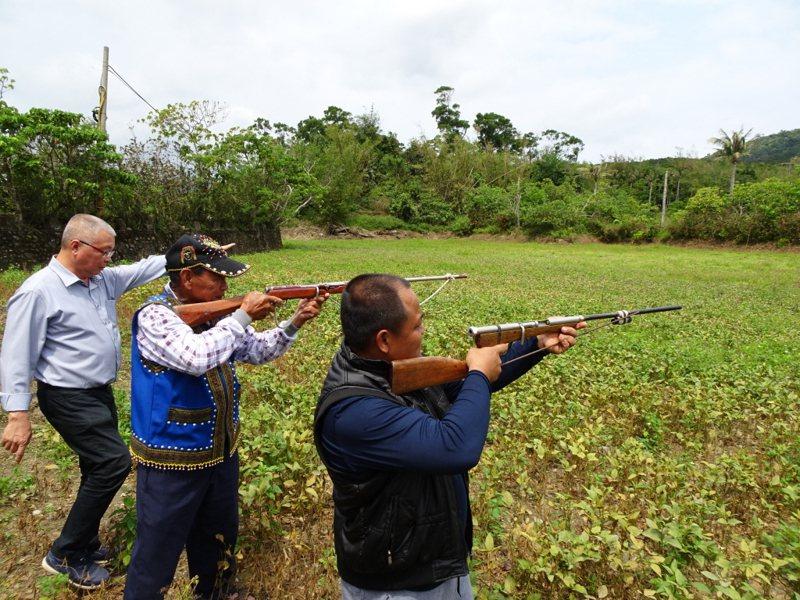 開放原住民制式獵槍討論多年卻頻頻卡關,原民會草擬相關研究案,但研究案招標流標四次;圖為屏東縣滿州鄉農民飽受「猴害」之苦,鄉公所「徵召」有合法獵槍執照的原住民獵人槍擊驅趕。圖/聯合報系資料照片