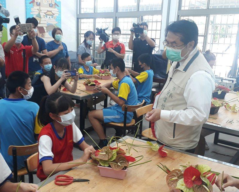 疫情衝擊火鶴產業,台南市長黃偉哲呼籲母親節父親節情人節都送火鶴。記者周宗禎/攝影