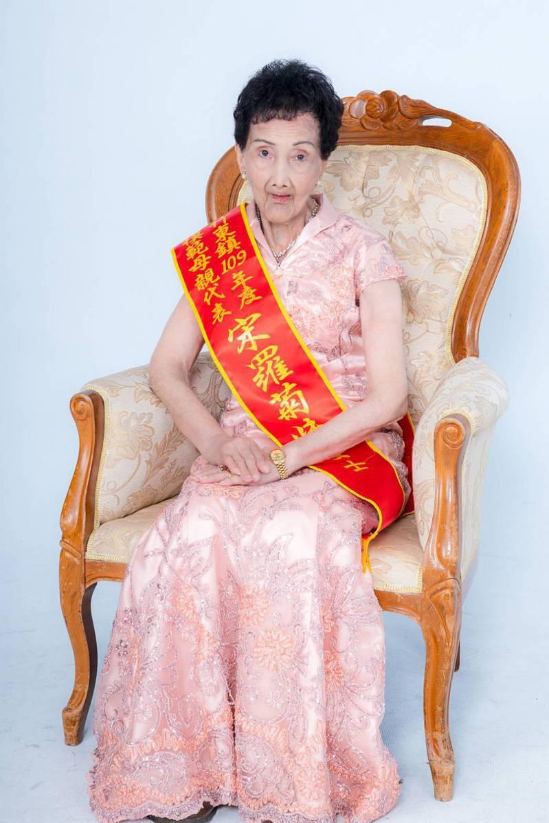 87歲宋羅菊妹出身貧窮、不識字,仍教導子女有成,獲選竹東鎮37位模範母親之一,也榮登新竹縣模範母親。圖/新竹縣府提供