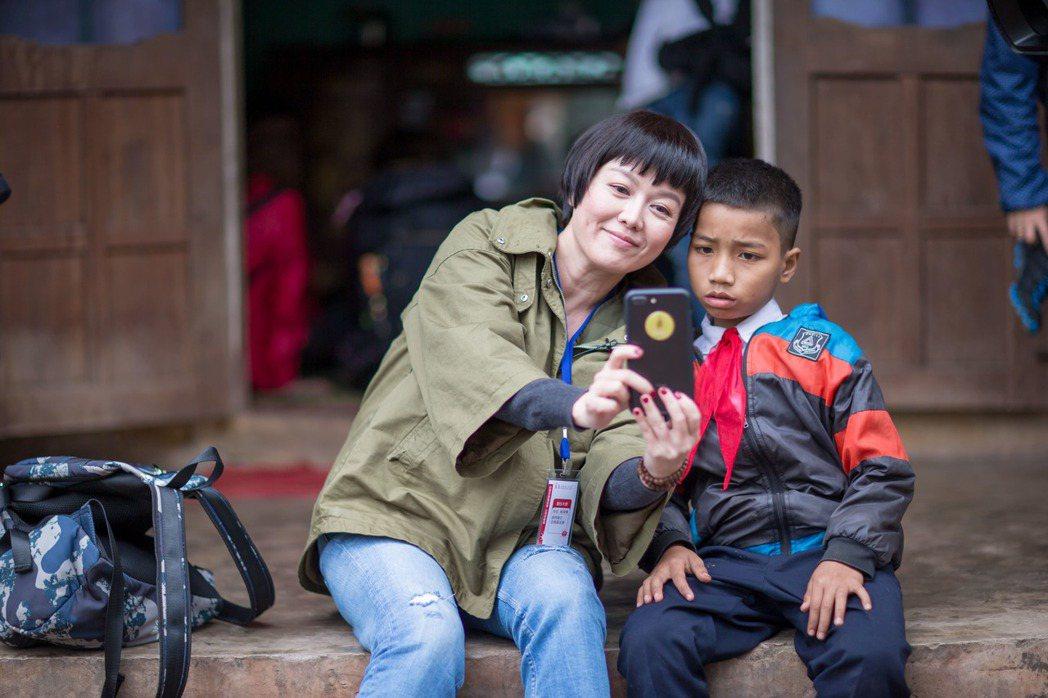 苗可麗(左)親自探訪偏鄉兒童。圖/至善基金會提供