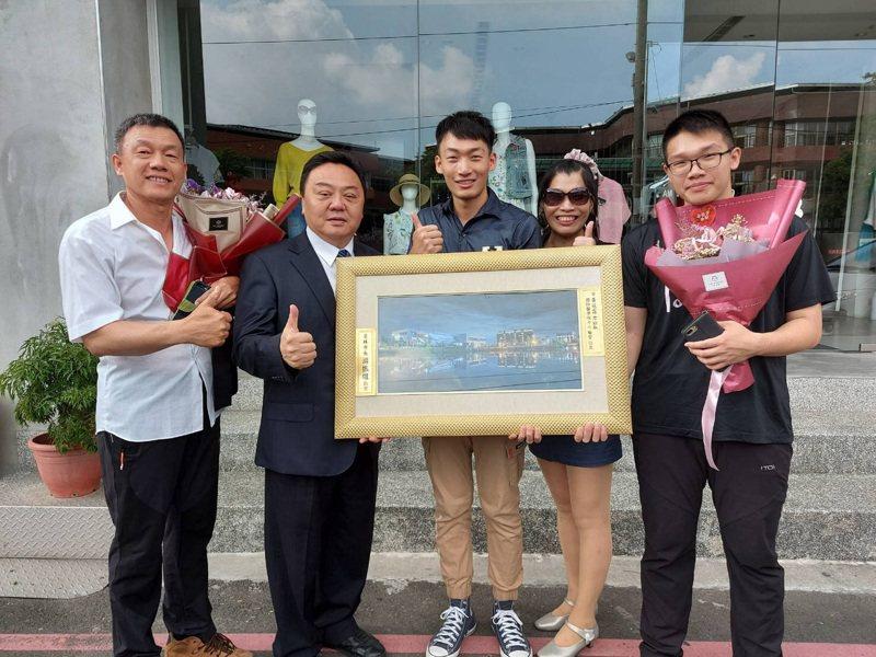 員林市長游振雄(左二)表揚今年員林市今年的模範母親郭家瑛(右二) ,與其全家合影留念。圖/員林公所提供