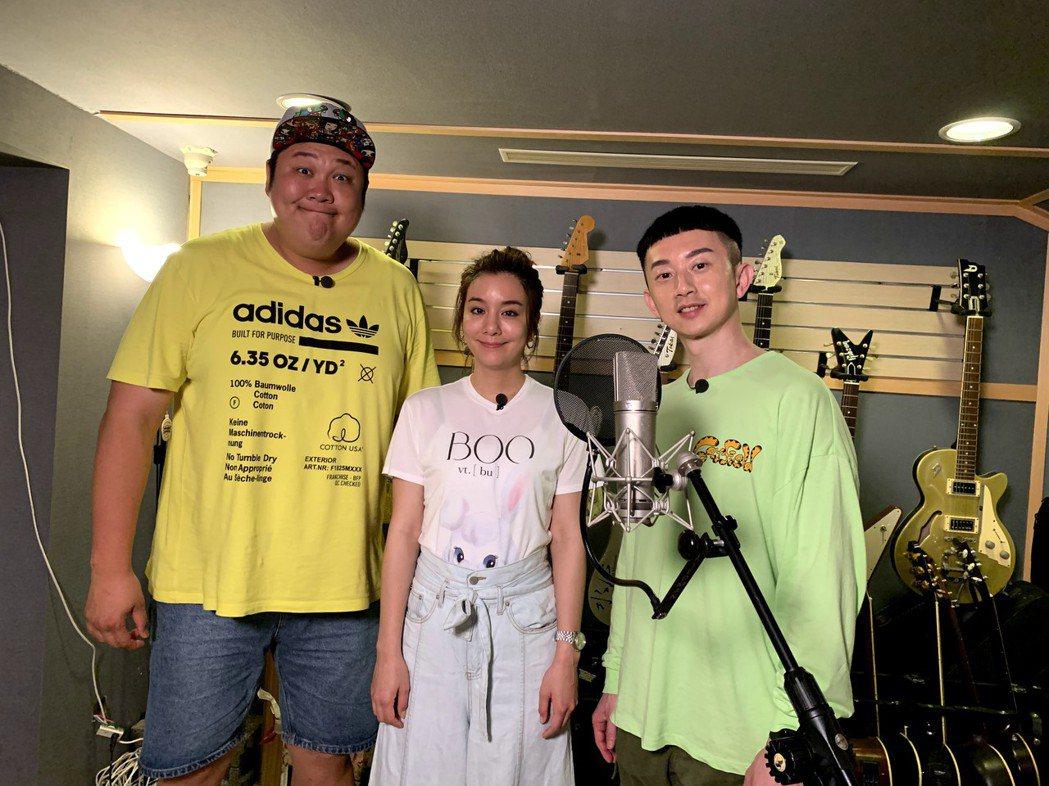 哈孝遠(左起)、莎莎和麥克斯進錄音室。圖/TVBS提供