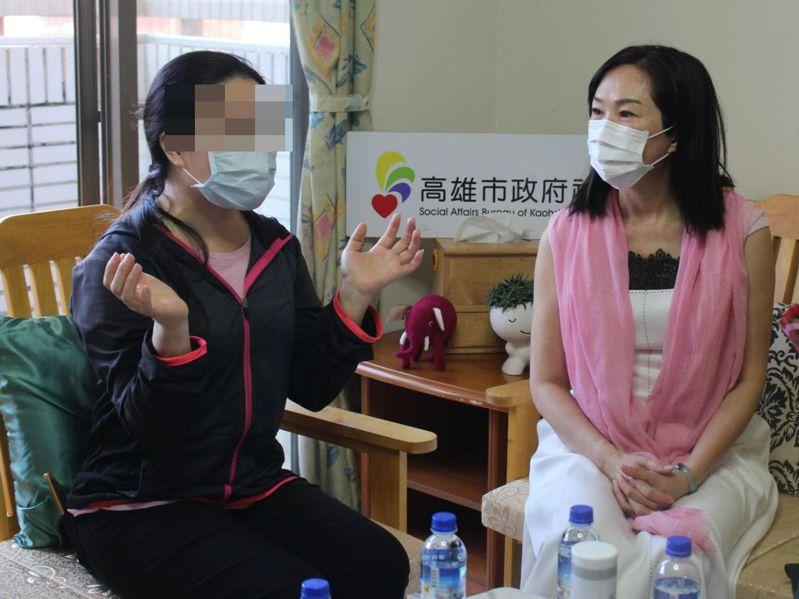 高雄市長韓國瑜的太太李佳芬(右),今天到高雄市社會局單親家園為單親媽媽打氣。圖/高雄市社會局提供