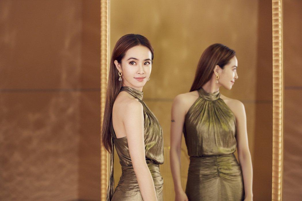 蔡依林穿著金色禮服拍攝代言廣告。圖/白蘭氏提供