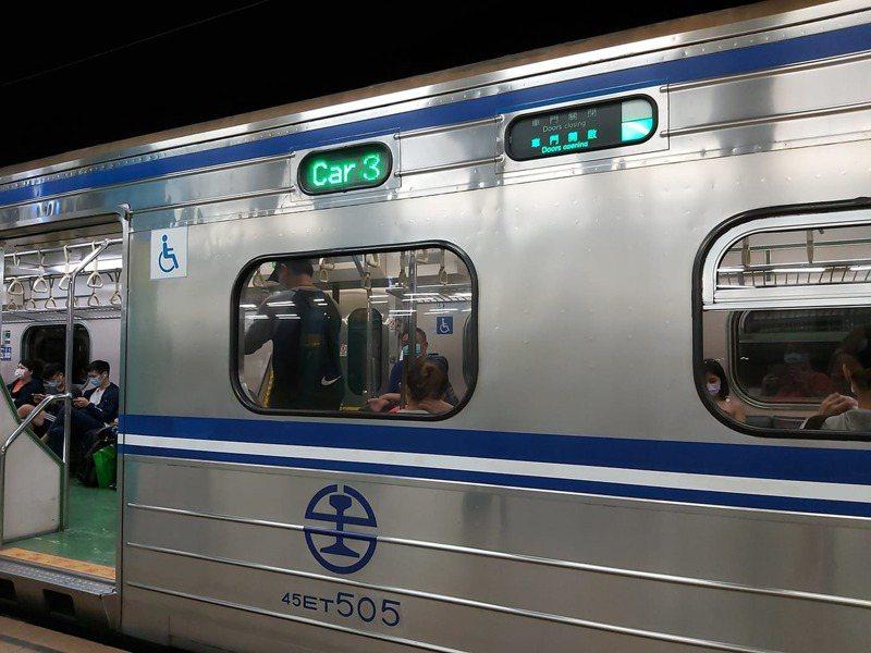 有民眾向本報投訴,昨天搭乘1272車次區間車,正當行駛南港到汐科站地下道時,突然斷電大約10秒鐘,車廂全黑。圖/取自臉書靠北台鐵