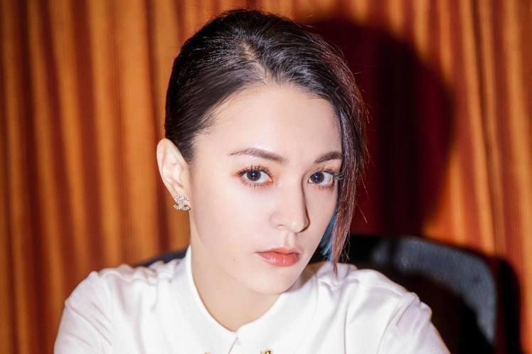 張榕容主演的電影「素人特工」將在台灣上映,她從「妖貓傳」中讓人過目不忘的「貴妃娘娘」,搖身變成「廢柴特工」,首次挑戰動作喜劇類型,還「以一挑十」貼身肉搏拳拳到位,但皮肉傷對她來說小事一樁,提到一場在...