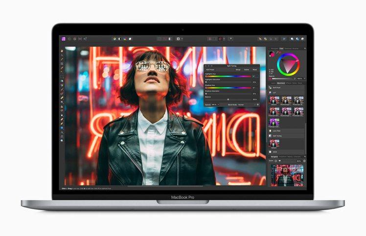 13 吋MacBook Pro採用時尚的鋁金屬一體式機身設計,備有太空灰色與銀色...