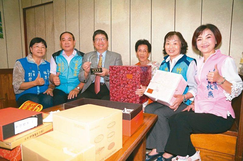 87歲宋羅菊妹(右三)教導子女有成,獲選竹東鎮模範母親,也榮登新竹縣模範母親。 圖/新竹縣府提供