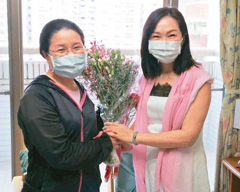 高雄市長韓國瑜的妻子李佳芬(右)關懷弱勢,昨天到高雄市社會局設置的單親家園,為入住的婦女打氣。 圖/高雄市社會局提供