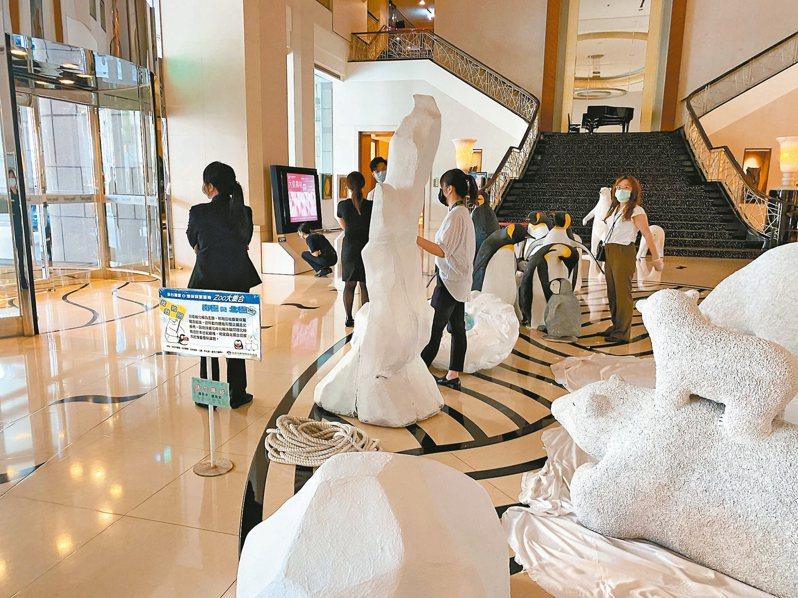 台南大億麗緻酒店宣布6月將歇業,昨天飯店運作正常,正進行大廳展品撤展,現場員工不捨拍照留念。 記者修瑞瑩/攝影