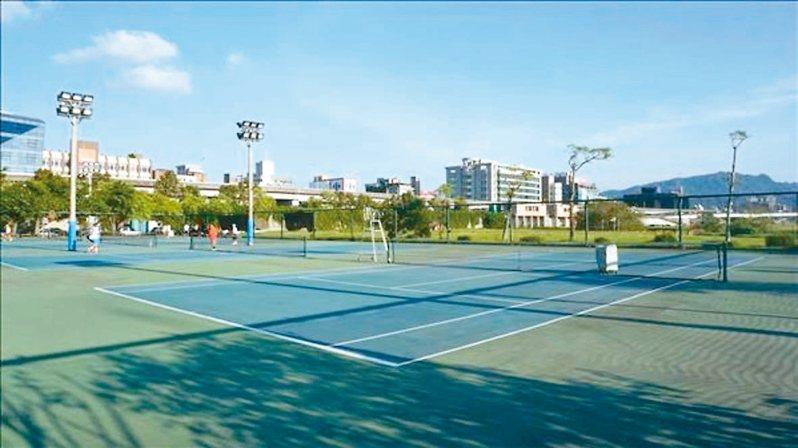 北市彩虹河濱公園網球場供市民免費使用,但議員李建昌接獲陳情,假日常被外借辦比賽,網球場常不夠用。 圖/體育局提供