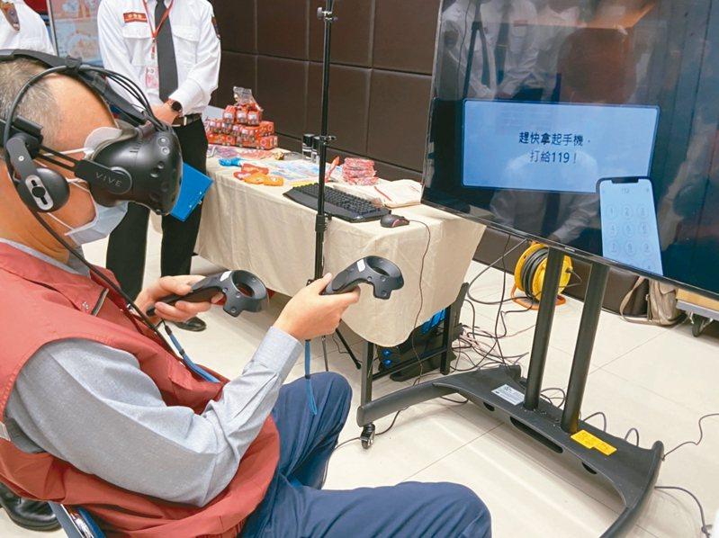 新北市副市長謝政達昨體驗VR火警逃生,因沒戴眼鏡看不清楚,花一段時間才成功「逃生」。 記者柯毓庭/攝影
