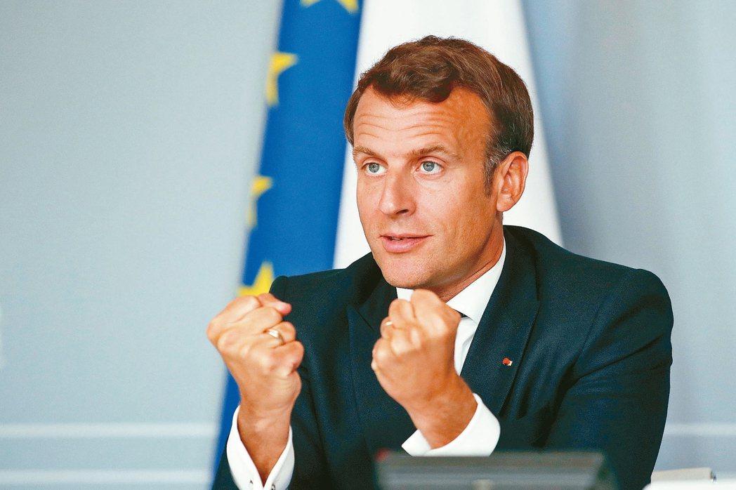 法國醫院檢視舊病例,發現去年底已有人染上新冠肺炎。圖為法國總統馬克宏四日透過視訊...