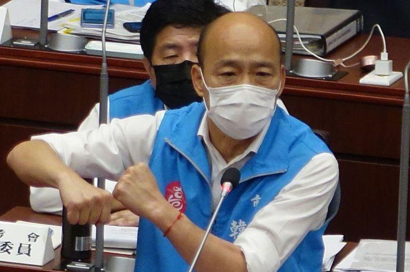 高雄市長韓國瑜昨天列席高雄市議會臨時會報告防疫、紓困、振興產業相關措施。記者楊濡嘉/攝影