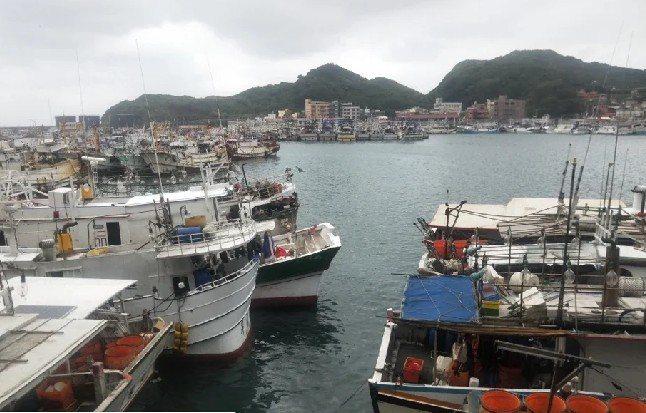 首艘遠洋漁船今天抵台,指揮中心副指揮官陳宗彥親赴高雄視察,共有52名船員返台進入...