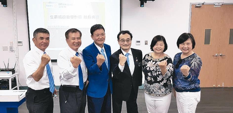國際扶輪3462地區助理總監林炳村(左二起)、總監黃進霖、班主任陳益世等人在勤益...