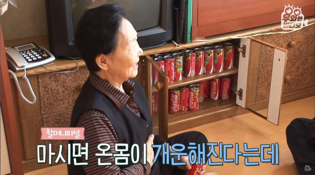 婆婆表示,可樂對她來說就是止痛藥。而她的櫃子裡也常備著好幾瓶可樂。 圖擷自Yo