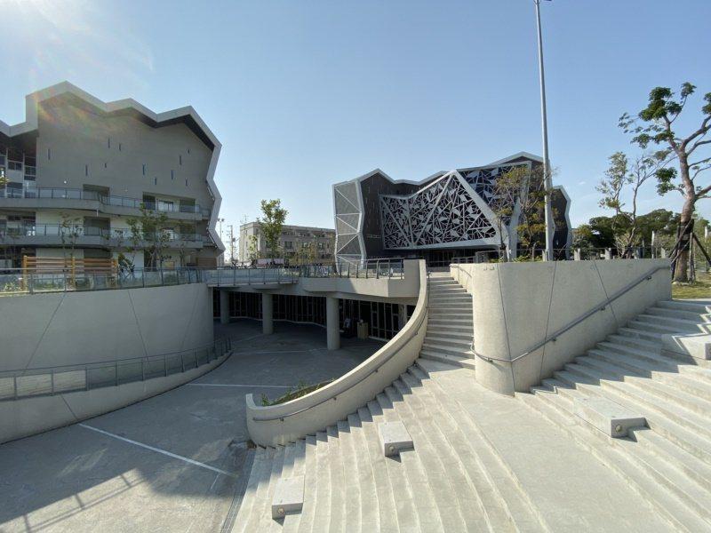 台江文化中心結合演藝廳、圖書館、社區大學,外觀以台江內海沙洲上的菅芒花枝葉為設計...