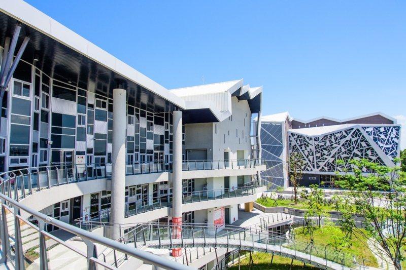 台江文化中心外觀以台江內海沙洲上的菅芒花枝葉為設計意象。 圖/台江文化中心提供
