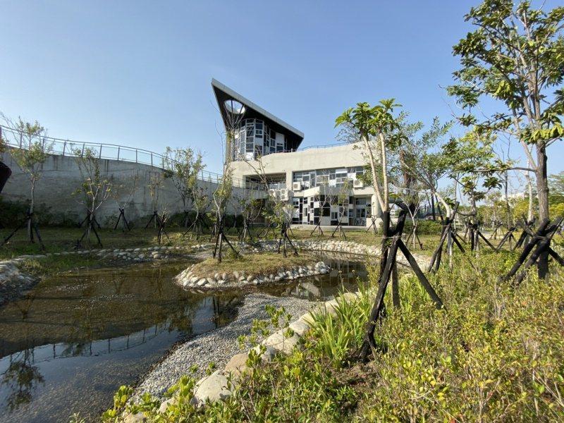 台江文化中心擁有具滯洪池功能的生態池。 圖/鄭維真 攝影