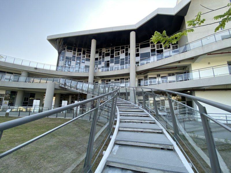 通往二樓的透明迴旋梯被大家暱稱為網美梯,搭配幾何形玻璃建築,怎麼拍怎麼美。 圖/...