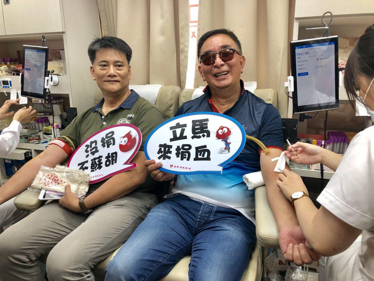 由麗明營造號召發起的「2019捐血傳愛」活動,發起人麗明營造董事長吳春山(右)帶...