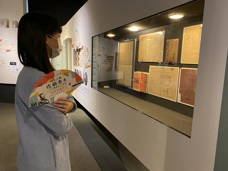 許多珍貴的佐藤春夫手稿首次在臺灣展出。(圖/國立臺灣文學館 提供)