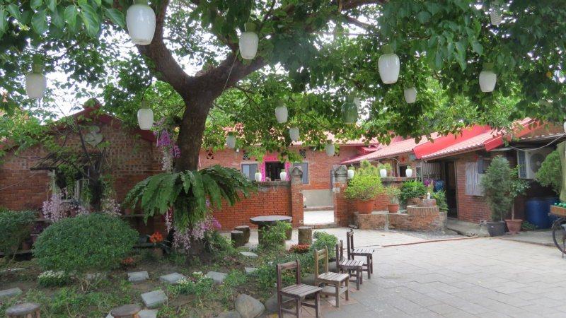 樹上懸掛「蘆竹湳好采頭藝術祭」陶瓷蘿蔔燈。 圖/范榮達 攝影