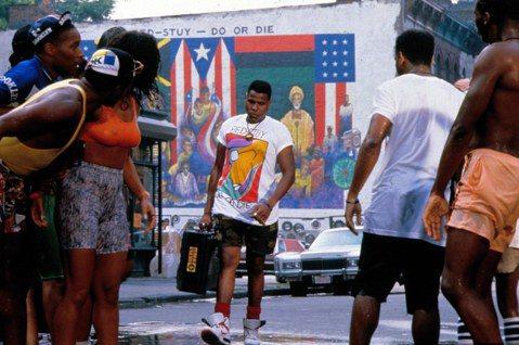 電影拍攝期間導演史派克李深入紐約街區,原汁原味呈現80年代美國的移民社區、種族議...