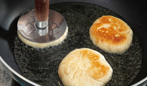 糖餅-熱鍋放油和糖餅,用壓糖餅器邊壓邊煎到兩面上色。不要壓太用力,免得糖餅破掉。...