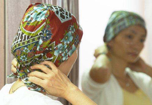 即使化療讓頭髮掉光,姐妹們也不應放棄美麗的權利,癌症希望協會最近獲贈頭巾千頂,材...