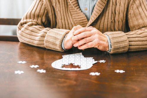 失智症患者需要的不只是藥物治療,也包括了生活照顧。 圖/123RF非報系