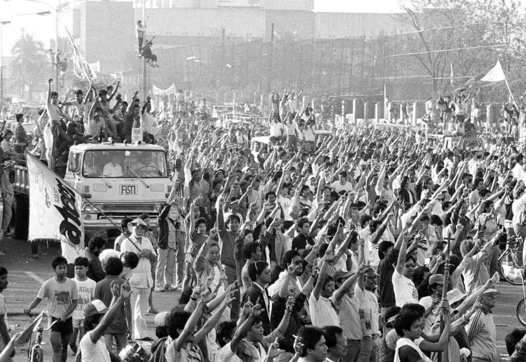 即便國家電信委員會明顯是獨裁者用以言論審查的一種手段,在1986年人民力量革命推...