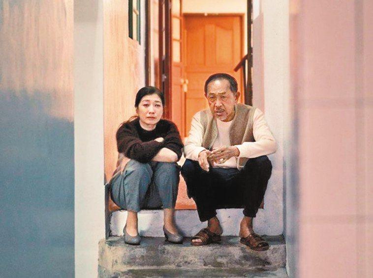 黃嘉千(左)與小戽斗在「老大人」有精彩對手戲。 圖/威視電影提供