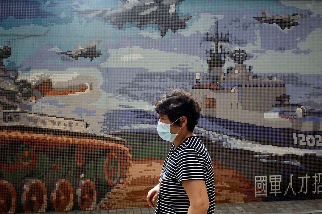 台灣在疫情中也採取了諸多緊縮個人自由、增加政府權限的措施。 圖/路透社