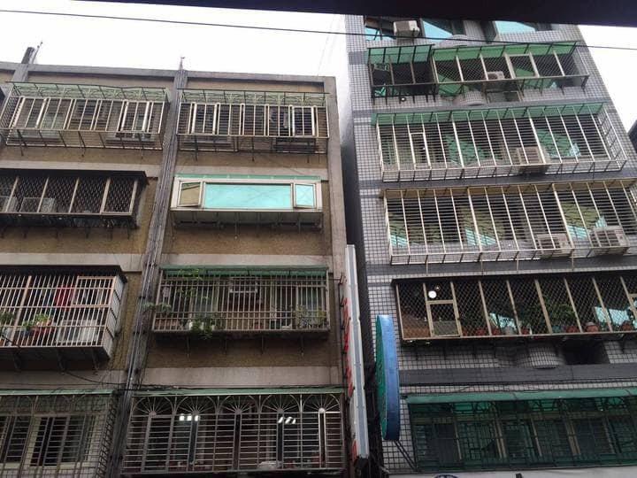 一名網友詢問「如何勸家裡長輩把鐵窗拆掉?」示意圖。圖擷自爆廢公社二館