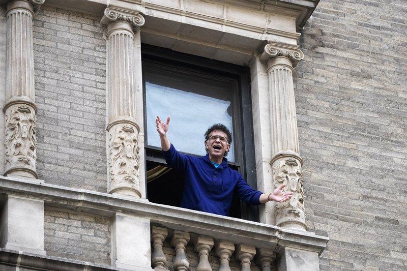 4月初開始每天傍晚,史鐸克本尊會從家中臥房探出頭來高歌。 圖/美聯社