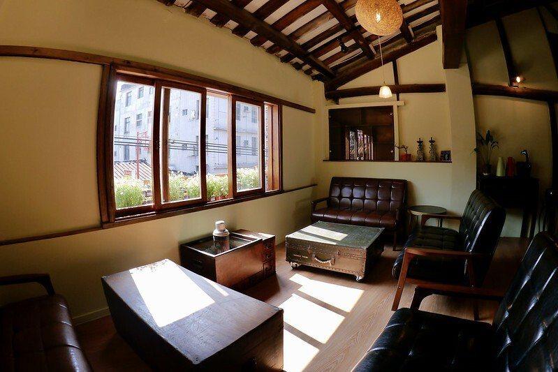 二樓雅座,日式家庭風的裝潢,家的味道濃烈,還有榻榻米的和室。