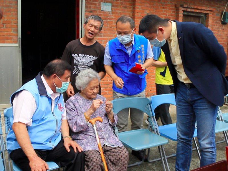 石門區的市級模範母親的江阿嬤,不但超過百歲,眼力還相當好,能夠穿針引線。 圖/紅樹林有線電視提供