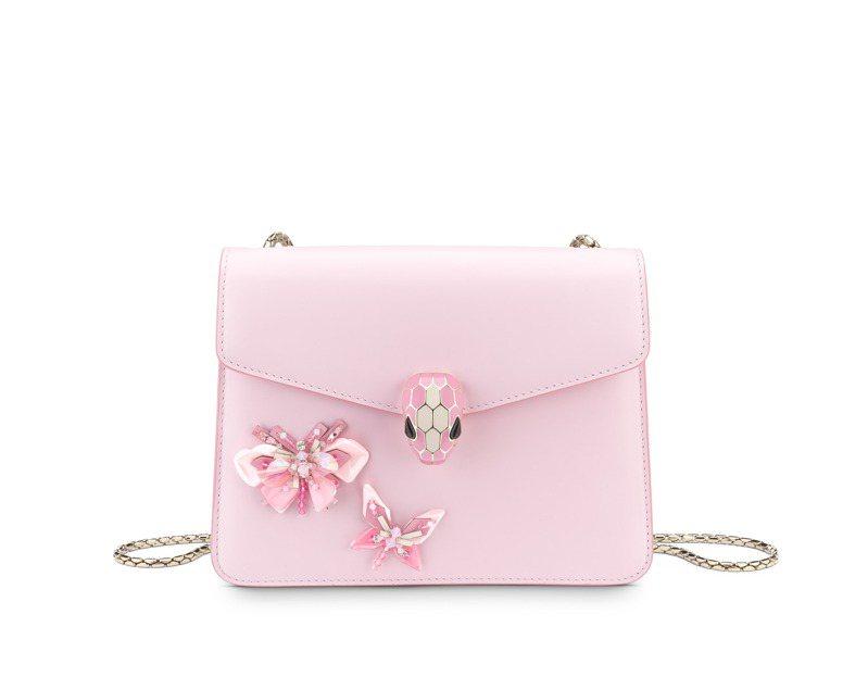 BVLGARI Serpenti Forever Butterfly Flow薔薇石英粉色小牛皮肩背包,10萬0,500元。圖/寶格麗提供